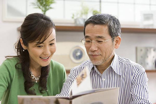 Phụ nữ trên 55 tuổi thích đàn ông sâu sắc và óc hài hước