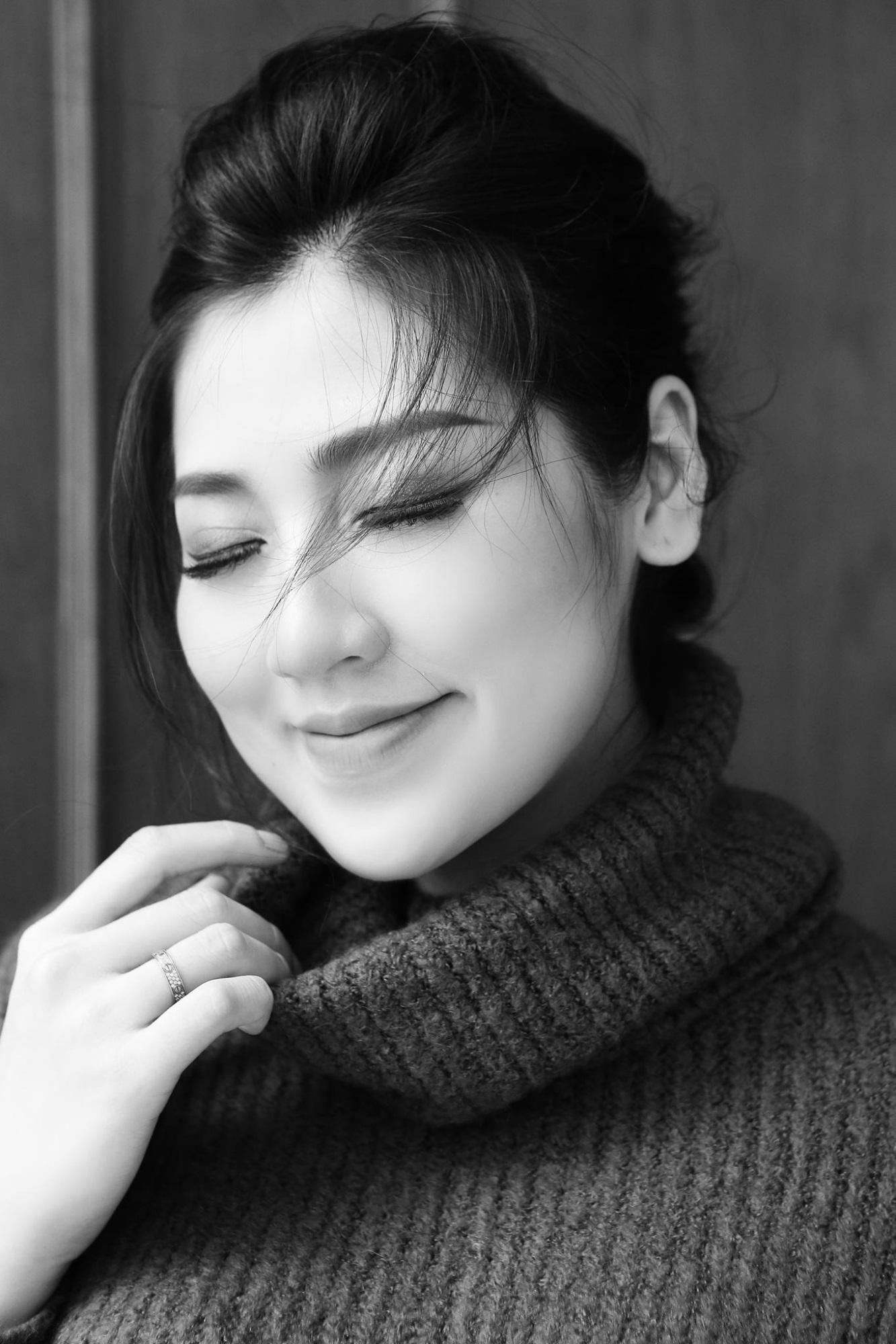 Á hậu Tú Anh lần đầu khoe trọn album