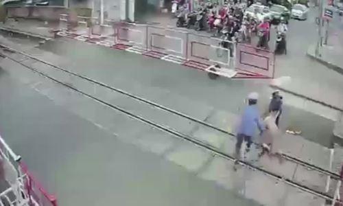 Đồng Nai: Hai nữ nhân viên gác chắn phản ứng thần tốc cứu cụ bà trước khi tàu hỏa lao tới - Ảnh 1