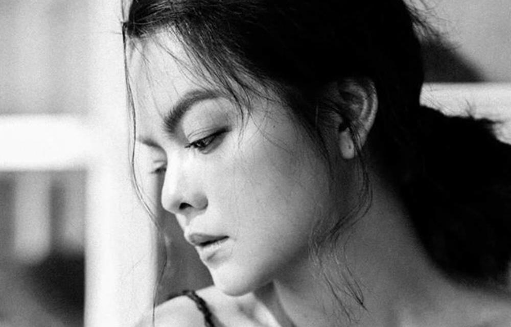 Nếu nghe được những lời người đầu ấp tay gối nói không về mình, đàn bà dù hiền lành, cam chịu đến mấy cũng phải ngậm ngùi, xót xa.