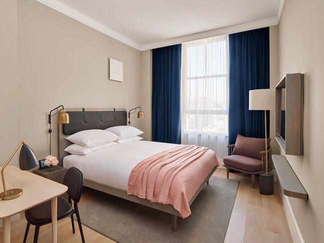 Phòng ngủ nhiều ánh sáng trông sẽ rộng hơn.