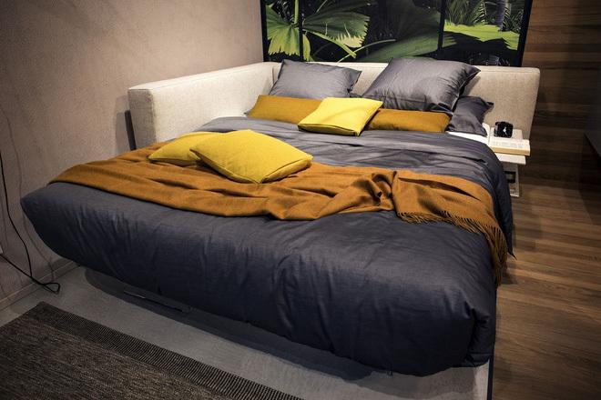 Kê giường sát tường để tiết kiệm diện tích.