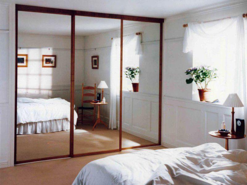 Treo gương là mẹo hay để mở rộng không gian phòng ngủ.