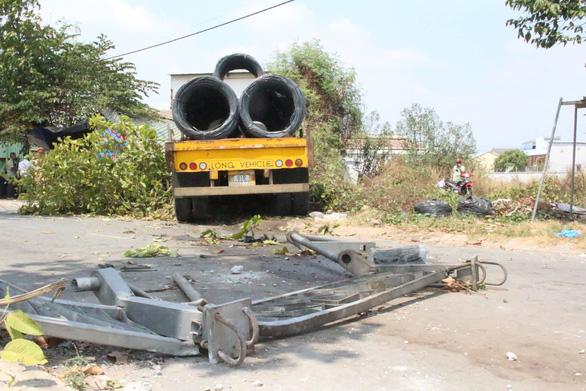 Hoảng hồn khi xe tải chở hàng chục tấn sắt lao thẳng vào nhà - Ảnh 2