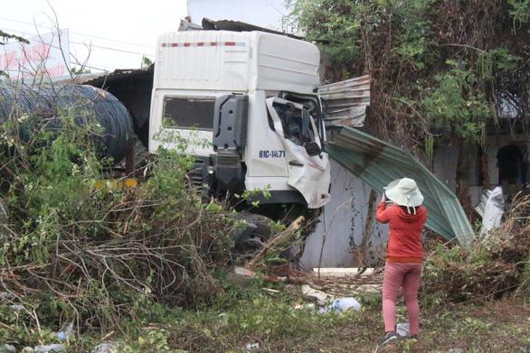 Hoảng hồn khi xe tải chở hàng chục tấn sắt lao thẳng vào nhà - Ảnh 1