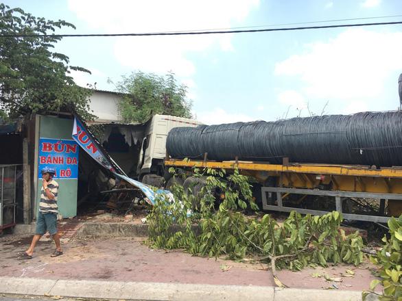 Hoảng hồn khi xe tải chở hàng chục tấn sắt lao thẳng vào nhà - Ảnh 3