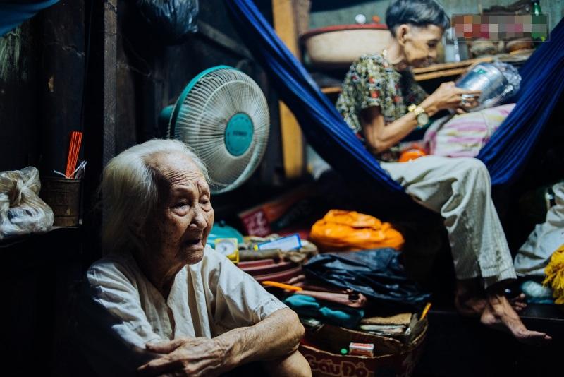 Thương cảm: Cụ bà 92 tuổi suốt 60 năm bán bánh sùng, nhặt ve chai nuôi con gái tâm thần - Ảnh 1