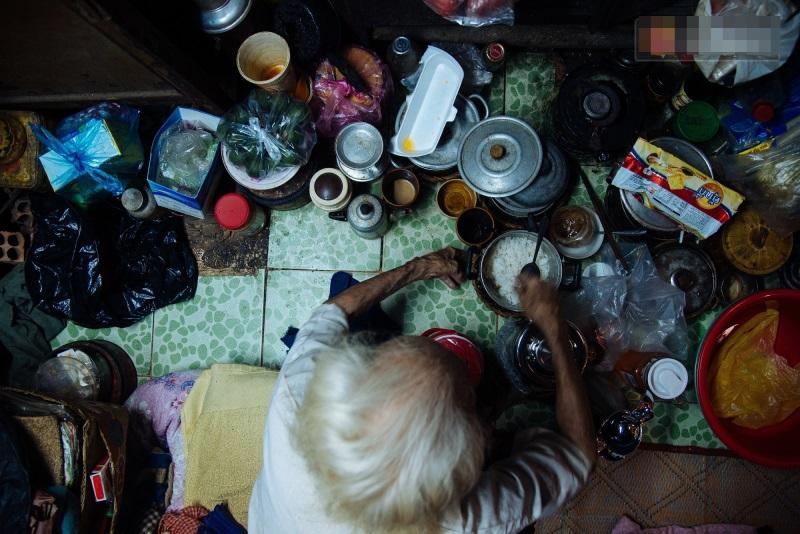 Thương cảm: Cụ bà 92 tuổi suốt 60 năm bán bánh sùng, nhặt ve chai nuôi con gái tâm thần - Ảnh 2