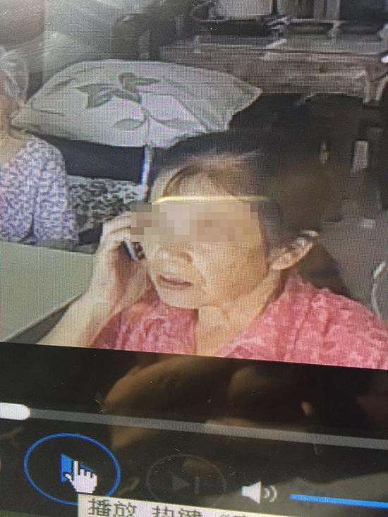Phẫn nộ: Cụ bà 93 tuổi bị người làm đánh đập, bắt ngửi giấy chùi phân - Ảnh 1