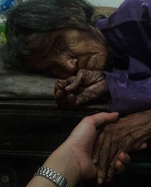 Xót xa cảnh đời neo đơn của cụ bà 70 tuổi nằm co ro trên chiếc chiếu mốc, đói đến nỗi không thể đi vệ sinh - Ảnh 2