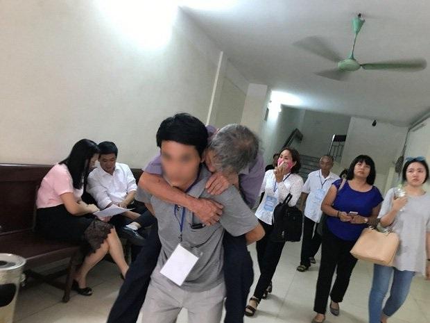 CLIP SỐC: Bị cáo 79 tuổi hiếp dâm bé 3 tuổi ở tòa thì 'như người chết rồi' về nhà lại... khỏe như vâm chạy phăm phăm vác cây phơi quần áo - Ảnh 1