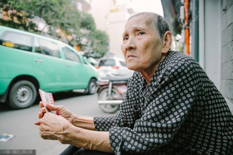 Cuộc đời gian truân của cụ bà bán vé số nói tiếng Anh lưu loát trên phố Tây Bùi Viện - Ảnh 2