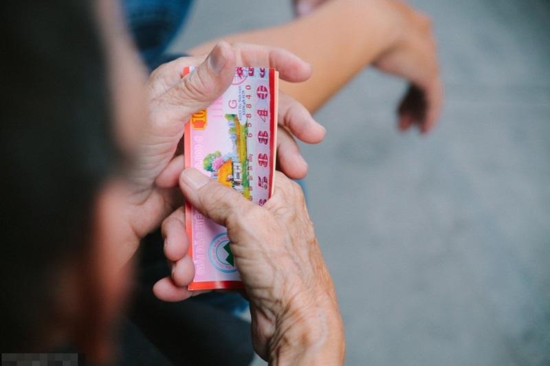 Cuộc đời gian truân của cụ bà bán vé số nói tiếng Anh lưu loát trên phố Tây Bùi Viện - Ảnh 3