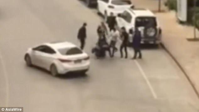Hàng chục gã đàn ông đánh đập một cô gái dã man trên đường phố vì nguyên nhân gây sốc - Ảnh 1