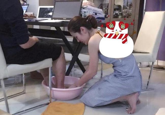 Cận ngày 8/3, bức ảnh nữ doanh nhân xinh đẹp rửa chân cho chồng 'vì nghĩa' khiến dân mạng xôn xao - Ảnh 1