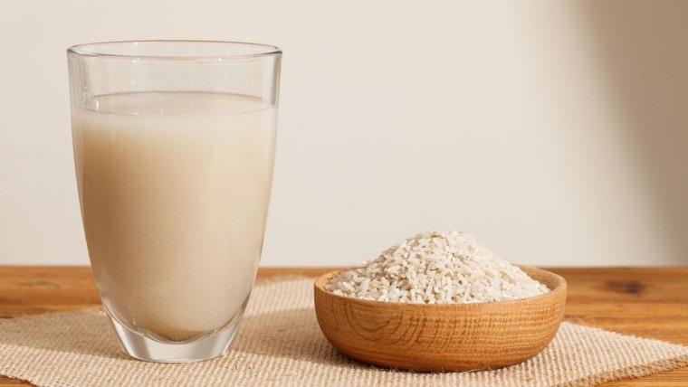 Cách làm da trắng hồng cực nhanh với cơm nóng và sữa tại nhà đơn giản