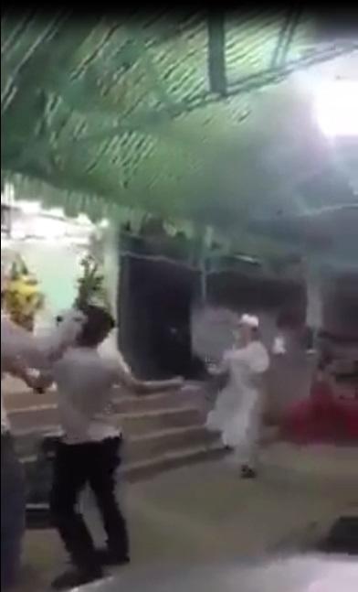 Clip sốc: Thanh niên nhảy nhạc sàn khi viếng đám ma, con cháu đầu chít khăn tang vẫn chụp ảnh tự sướng vô cùng phản cảm - Ảnh 1
