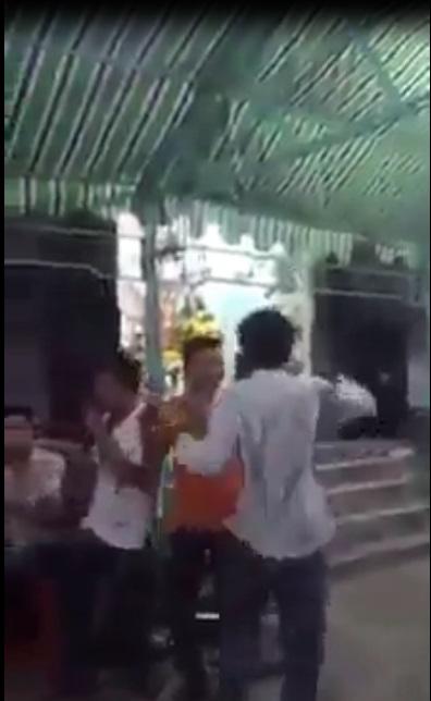 Clip sốc: Thanh niên nhảy nhạc sàn khi viếng đám ma, con cháu đầu chít khăn tang vẫn chụp ảnh tự sướng vô cùng phản cảm - Ảnh 2