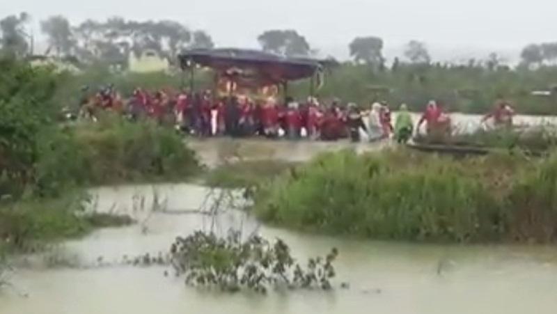 Clip: Đám tang vội vàng trong mưa lũ khiến nhiều người xót xa - Ảnh 3