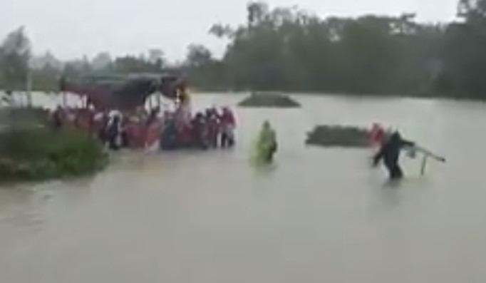 Clip: Đám tang vội vàng trong mưa lũ khiến nhiều người xót xa - Ảnh 1