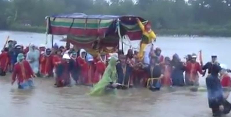 Clip: Đám tang vội vàng trong mưa lũ khiến nhiều người xót xa - Ảnh 2