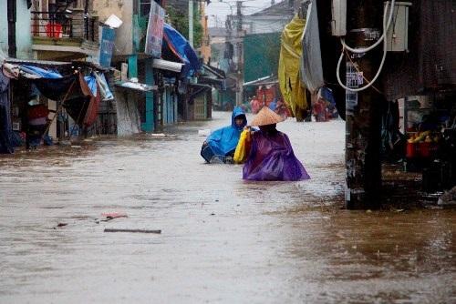Clip: Đám tang vội vàng trong mưa lũ khiến nhiều người xót xa - Ảnh 4
