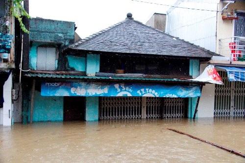 Clip: Đám tang vội vàng trong mưa lũ khiến nhiều người xót xa - Ảnh 5