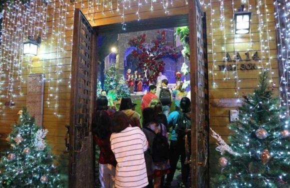Người dân chen chúc tới biệt thự triệu đô của Đàm Vĩnh Hưng để chụp ảnh Giáng sinh - Ảnh 10