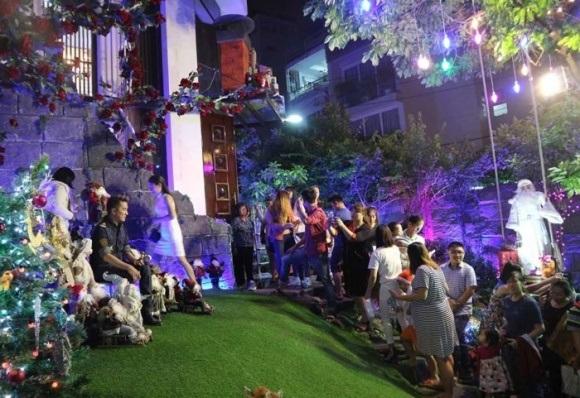 Người dân chen chúc tới biệt thự triệu đô của Đàm Vĩnh Hưng để chụp ảnh Giáng sinh - Ảnh 11