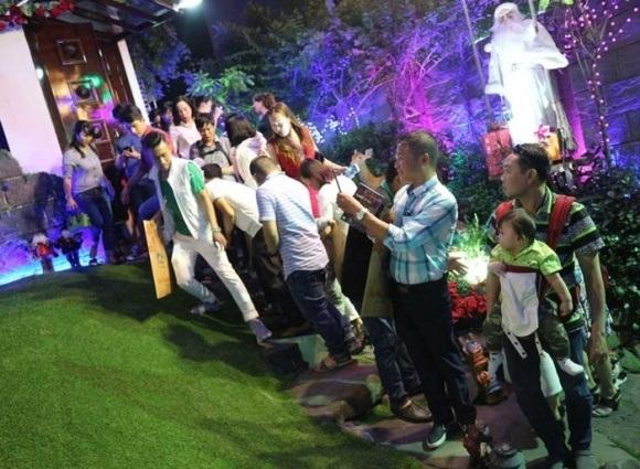 Người dân chen chúc tới biệt thự triệu đô của Đàm Vĩnh Hưng để chụp ảnh Giáng sinh - Ảnh 12