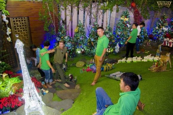Người dân chen chúc tới biệt thự triệu đô của Đàm Vĩnh Hưng để chụp ảnh Giáng sinh - Ảnh 2