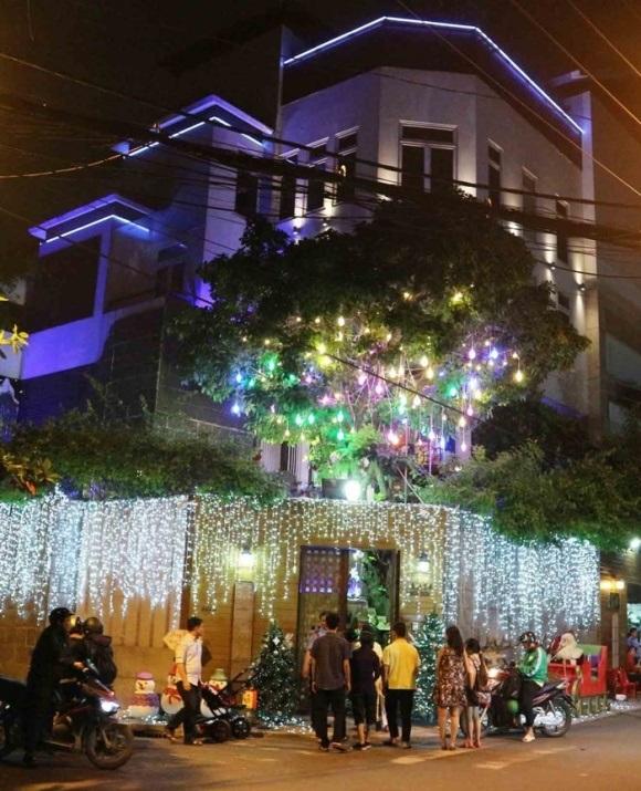 Người dân chen chúc tới biệt thự triệu đô của Đàm Vĩnh Hưng để chụp ảnh Giáng sinh - Ảnh 8