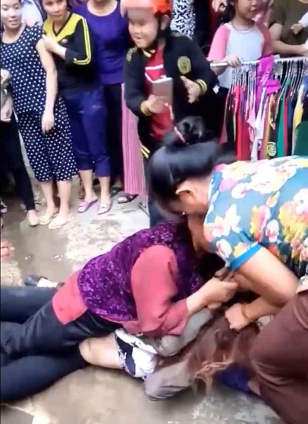 Clip: Bắt quả tang con trai và bồ nhí đi nhà nghỉ, mẹ chồng 70 tuổi kéo hội đánh ghen hộ con dâu - Ảnh 2