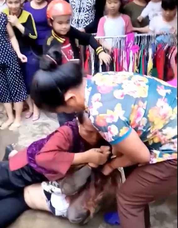 Clip: Bắt quả tang con trai và bồ nhí đi nhà nghỉ, mẹ chồng 70 tuổi kéo hội đánh ghen hộ con dâu - Ảnh 3