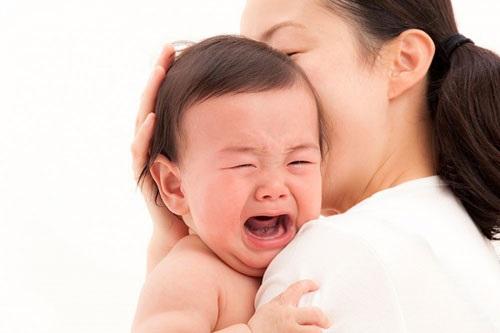 Đặt con nằm võng đung đưa lên cao để dỗ con nín khóc, người cha ân hận suốt đời - Ảnh 2