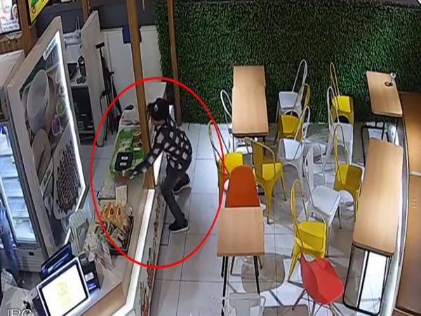 Nam thanh niên trộm điện thoại trong cửa hàng đồ uống