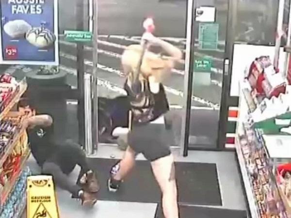 Sốc: Clip cô gái mang rìu vào cửa hàng tiện lợi tấn công khách rồi ngất xỉu - Ảnh 2