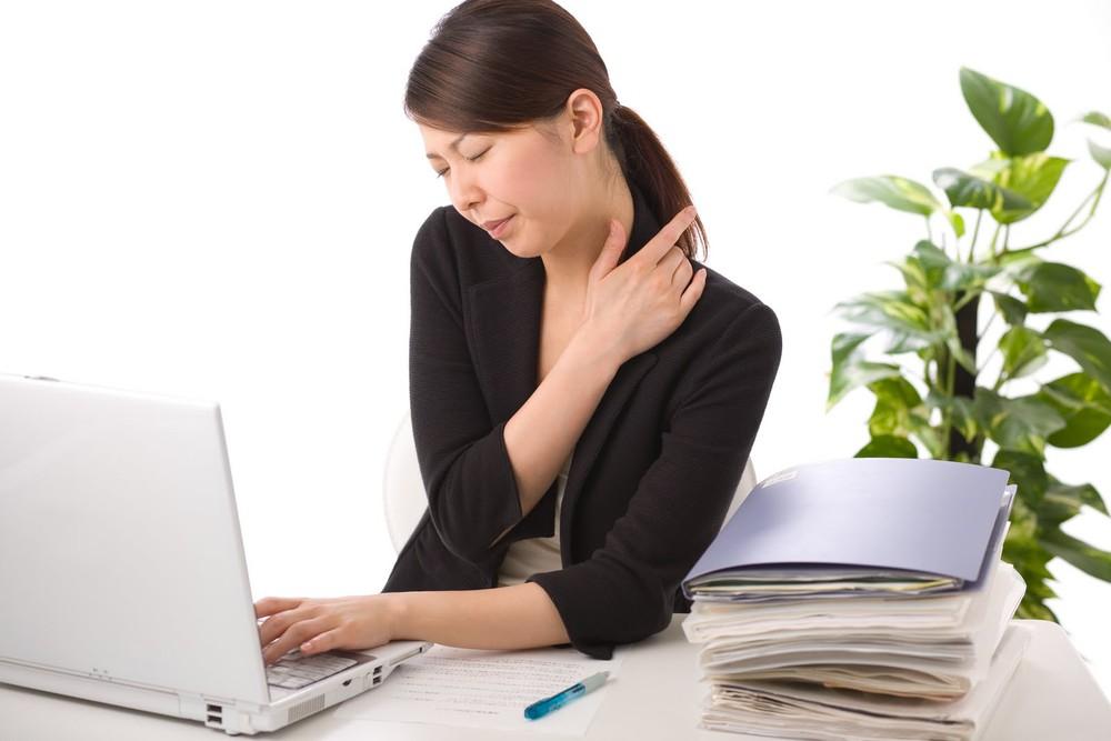 Làm việc quá lâu với máy tính là một trong những nguyên nhân gây đau vai gáy