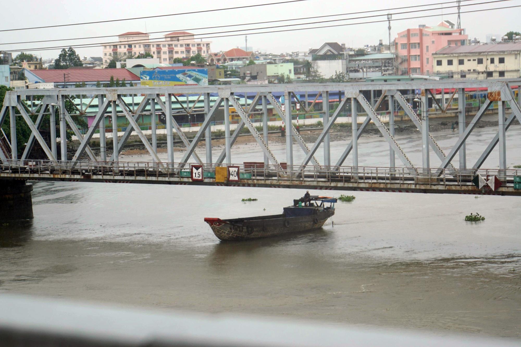 Sài Gòn mưa như trút nước, du khách thoải mái dạo mưa chụp ảnh - Ảnh 10