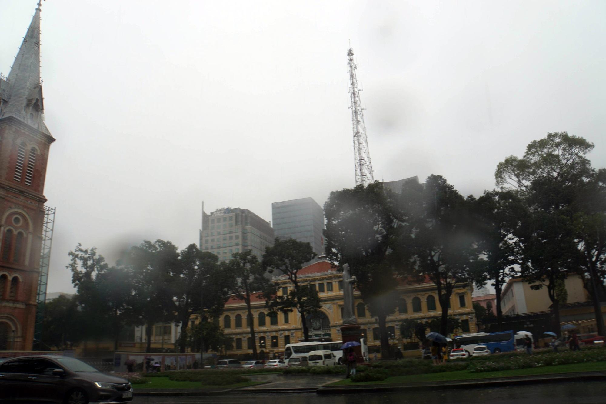 Sài Gòn mưa như trút nước, du khách thoải mái dạo mưa chụp ảnh - Ảnh 2