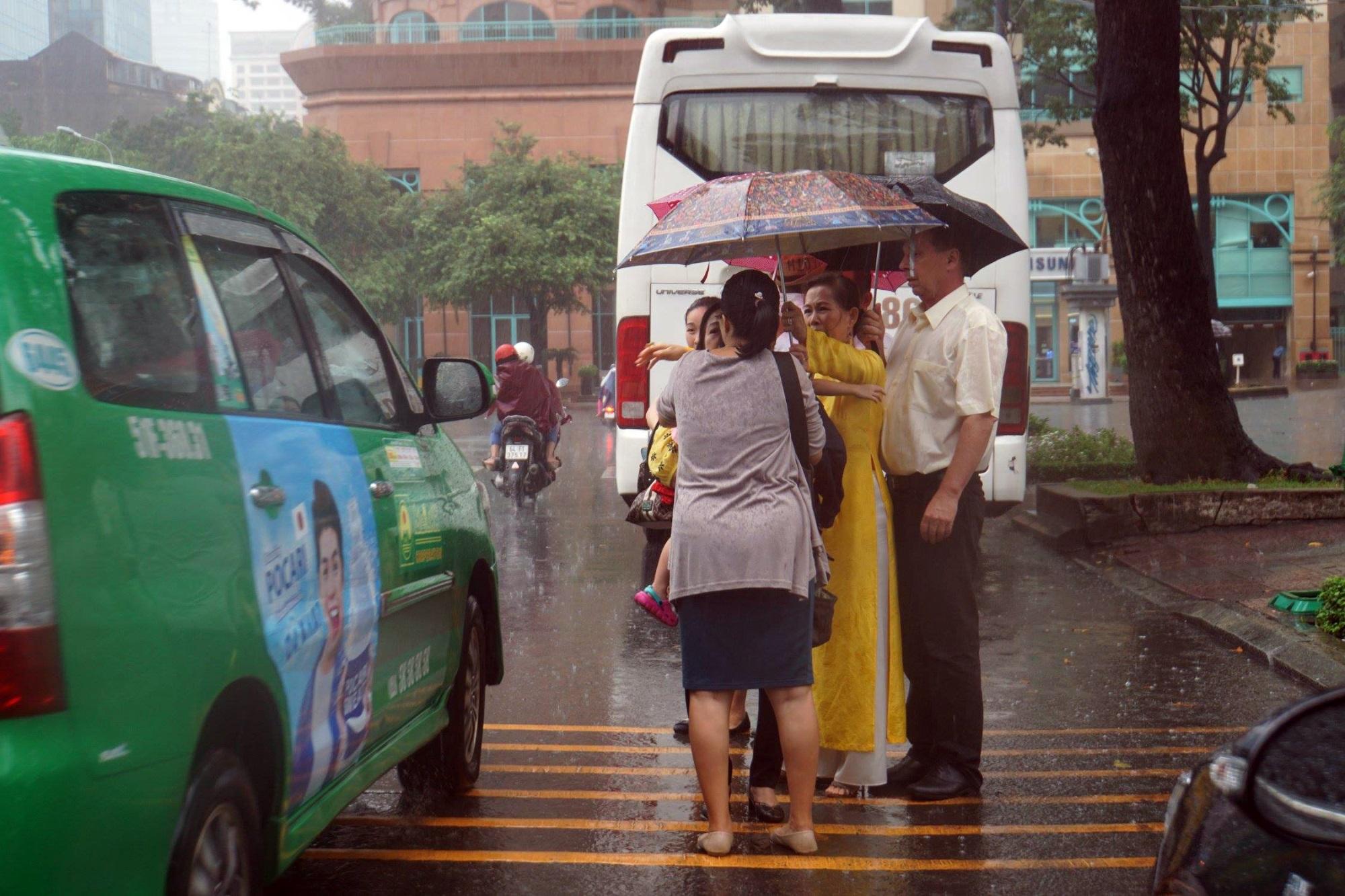 Sài Gòn mưa như trút nước, du khách thoải mái dạo mưa chụp ảnh - Ảnh 5