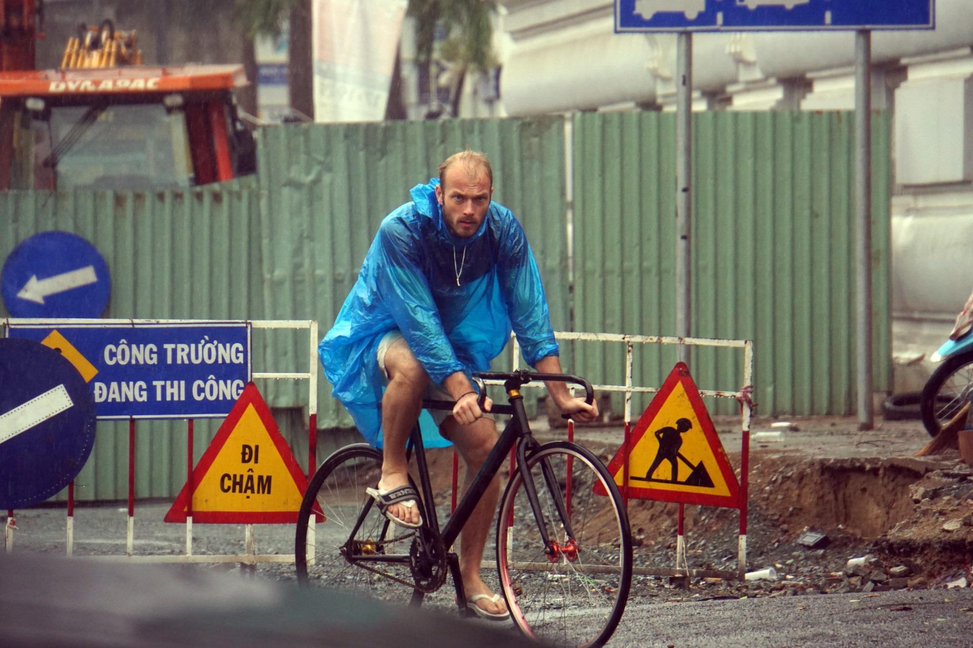 Sài Gòn mưa như trút nước, du khách thoải mái dạo mưa chụp ảnh - Ảnh 6