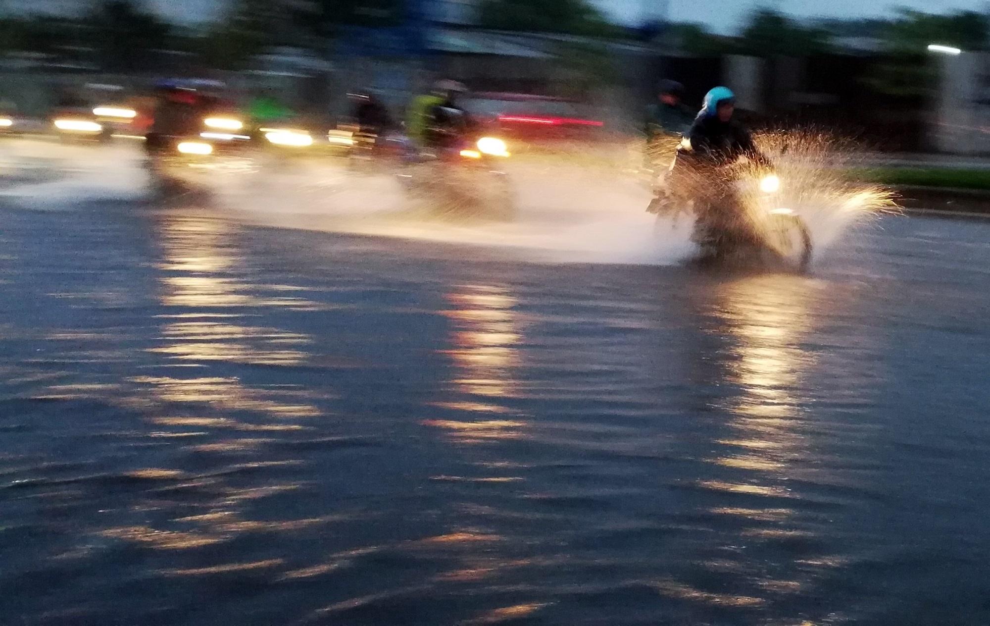 Sài Gòn ngập kinh hoàng, cây ngã đè người đi xe máy tử vong trong tâm bão - Ảnh 4