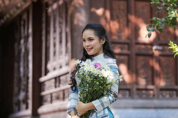 9X tặng hoa cho ông Trump ở sân bay Nội Bài: một cô gái thú vị! - Ảnh 4