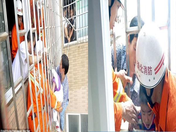 Giải cứu bé gái 5 tuổi mắc kẹt đầu ở lan can tầng 24 - Ảnh 2