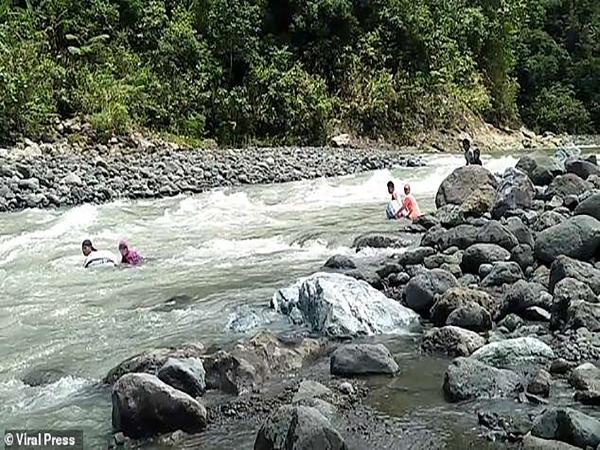 Những giáo viên 'thả mình trôi sông' để đến được lớp học