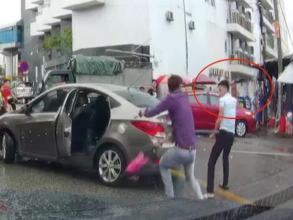 Nam thanh niên cầm dao đuổi chém tài xế ô tô