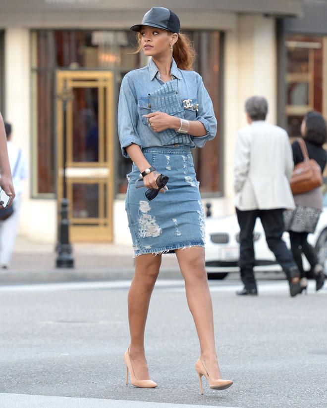 Rihanna nổi bật trên phố trong trang phục denim, với điểm nhấn là phần ngực mở bung và thiết kế rách ấn tượng ở váy.