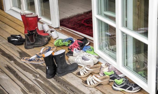 Lý do bạn không nên mang giày dép vào trong nhà - Ảnh 1