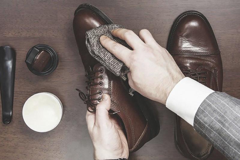 Lau sạch giày da bằng dầu ăn là một trong những mẹo vặt cực hay